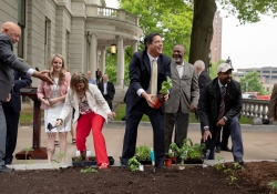 May 7, 2019:  Senator Costa joins his fellow Legislative Hunger Caucus members at an event  to mark the opening of the 10th season of the Capitol Hunger Garden.